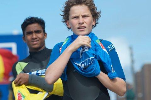Anker Olsen Frantzen (13) fra Ballstad (t.h.) vant i ettermiddag heatet sitt, og tok seg videre i Surf EM på Azorene.