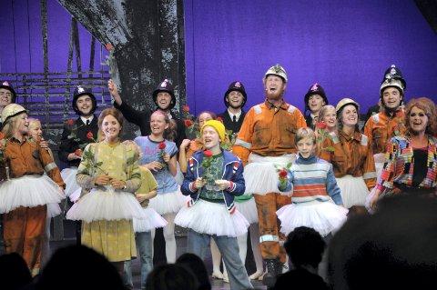 Applausen vill ingen ende ta. (Med fletter til høyre i bildet; Elisabeth Gundersen som er en del av ensemblet).