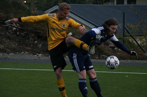 Jens Bjelland Grønvold i kamp med en Melbo-angriper.