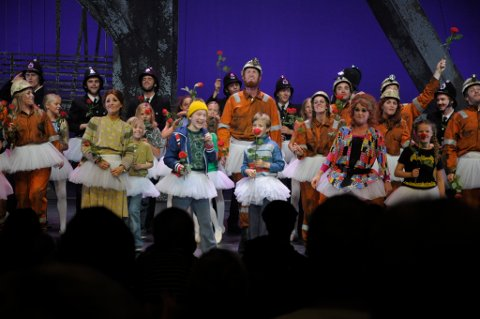 Thomas Kvamme Urnes i Billy Elliot (i midten) sammen med Kevin Haugan i tittelrollen (til høyre) og ensemblet.