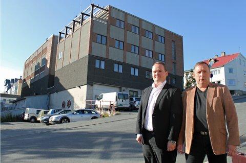 - BØR GRAVLEGGES: Den gamle brannstasjonen - Stasjon 1 - er blant byggeprosjektene som er blitt forsinket eller dyrere enn forutsatt. Bjørn-Gunnar Jørgensen (til venstre) og Jan Blomseth mener bygget må droppes. De gir også Høyre skylda for situasjonen.