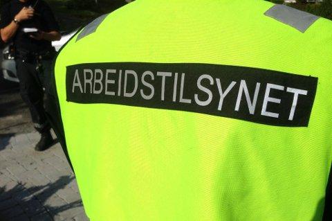 SLO TIL: Her er politiet og Arbeidstilsynet på plass i Fetsund. FOTO: RB-TIPSER