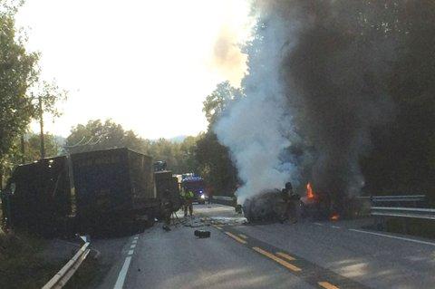 To personbiler tok fyr etter kollisjon mellom to personbiler og en trailer på E18 ved Songe i Tvedestrand.