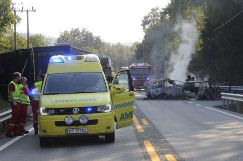 Begge personbilene er fullstendig utbrent etter den alvorlige ulykken. En person er bekreftet omkommet.