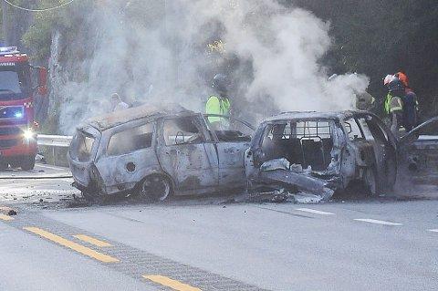 Sjåføren som omkom etter frontkollisjonen med et vogntog på E18 ved Songe fredag,er trolig en 45 år gammel mann fra Grimstad. Begge personbilene som var involvert i ulykken ble totalvrak.
