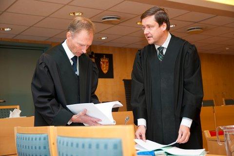 Aktor Erik Thronæs i samtale med forsvarer John Christian Elden før rettsaken mot Turnout mc ble satt, mandag.