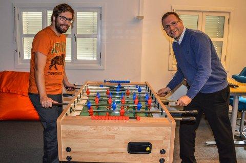 FOTBALLSPILL:  Et par runder i fotballspillet er fin avkobling for Jørund Skriubakken (t.v.) og Morten Øien Eriksen.