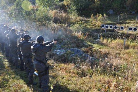 Røykskyen står ut når det avfyres seks skudd i løpet av 10 sekunder.