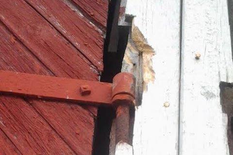 Tyvene prøvde å hugge fri hengslene på garasjen som tilhører Hemnes Bygg, men ga opp.