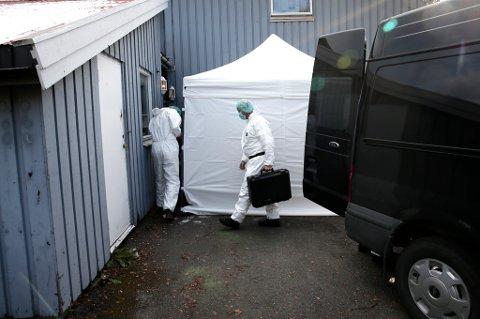 PÅ STEDET: Etterforskere fra politiet ankom onsdag formiddag drapsåstedet på Kvaløysletta.