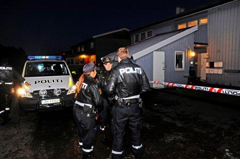ÅSTEDET: Politiet holdt tirsdag kveld og natt til onsdag vakt ved stedet på Kvaløysletta i Tromsø. En 48 år gammel mann ble funnet drept tirsdag.