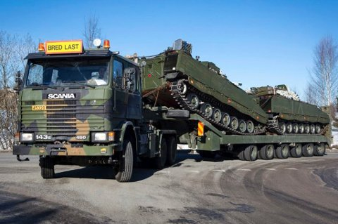 Tungt og bredt: Militær trafikk vil tidvis prege veinettet på Romerike de to neste ukene.