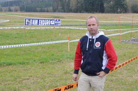 Hans Kristian Bernhus i NMK Aurskog-Høland gleder seg til det blir liv og røre på denne endurobanen i morgen.