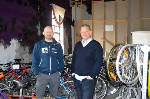 NY SYKKELBUTIKK: Her inne i det gamle godshuset kan Lasse Bråthe og Lars Ketil Froholt fortelle at det blir det både sykkelbutikk og verksted i regi av Kirkens Bymisjon.