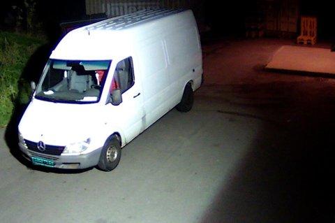 ETTERLYST: Her er tyvenes bil fanget opp av et overvåkningskamera utenfor Europris på Bjørkelangen natt til lørdag. De hadde teipet over skiltene på bilen. Nå ønsker politiet tips dersom noen har observert bilen i området.