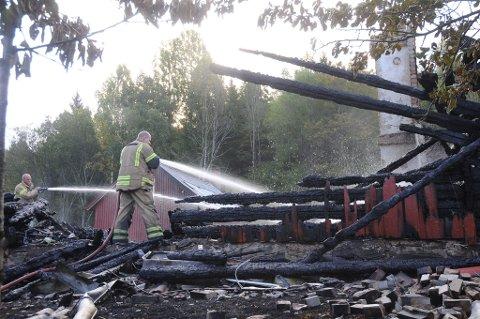 Mannskaper fra brannvesenet i Tvedestrand var fortsatt på stedet, og drev etterslokking søndag morgen.