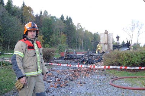 Utrykningsleder Geir Byvold forteller at brannvesenet ikke kunne gjøre noe for å redde bolighuset på Bergehagane.