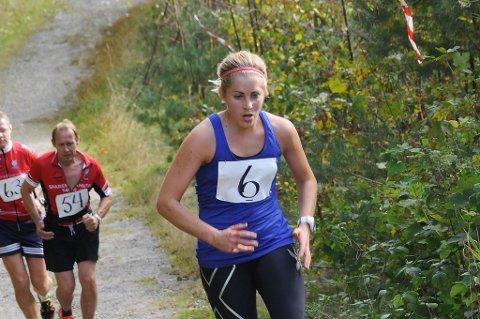 Marthe Nilsen på vei opp den siste bakken til Lyngmyr. Hun økte farten på slutten, og løp fra flere mannlige løpere inn mot mål.