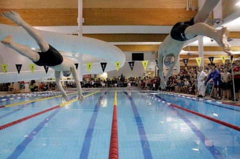 MULTINASJONALT: Under Barentsstevnet i svømming i februar, deltok over 200 svømmere. Mange av de var fra Russland og Finland.