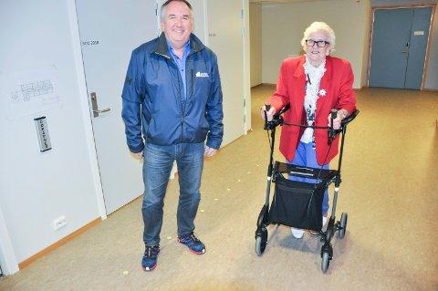 Vestvågøy Boligstifelse har stått for byggingen og leder Pål Klæth er fornøyd. Her er han på tur å hjelpe Knutsen ned med heisen.