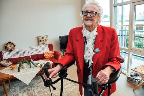 94 år gamle Gudrun Knutsen er fornøyd med leiligheten hun har fått på nye Leknes bo- og servicesenter. Hjelpen er i tillegg nært dersom hun skulle trenge det. Det gir både trivsel og trygghet.