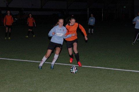 Flinke jenter: Et glimt fra kampen Ballstad-Leknes 2 lillejenter.