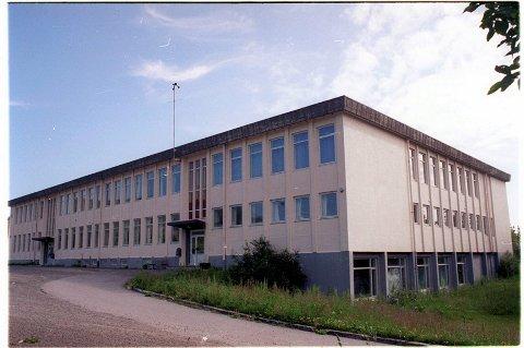 På tomten ved siden av dagens ungdomsskole skal barneskolen i Kabelvåg etableres i nytt skolebygg om få år.