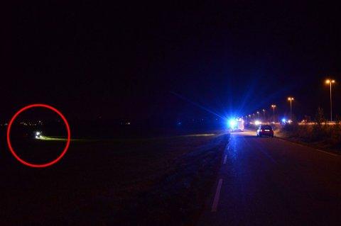 STOPPET HER: Fra E6 (helt til høyre i bildet) og til området på jordet der bilen stoppet er det et godt stykke. FOTO: VIDAR SANDNES