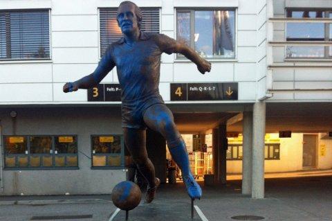 BLÅTT: Tom Lund har vært utsatt for mye, der han står utenfor Åråsen. Denne gangen har han blitt malt blå. FOTO: MARTIN HOLTERHUSET