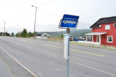 Går alt etter planen blir det 18 rekkehusleiligheter på Haugentoppen mellom Løken og Elverhøy. Det er den gamle tomta til Løken Trevare (rett bak busskiltet) som skal omreguleres til boligformål.