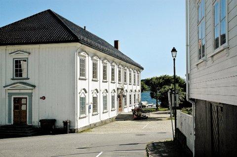 Tvedestrand kommune har brukt en del penger på å komplettere besikk og servise på rådhuset. I tillegg må bygget vedlikeholdes på andre måter. Leieinntektene dekker ikke utgiftene.
