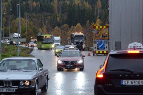 KAOSPUNKT: Søndag kveld og mandag morgen skal det ha vært flere kilometer lange køer på grunn av veiarbeidet ved Krogstad. Mandag formiddag flyter trafikken som normalt. FOTO: VIDAR SANDNES