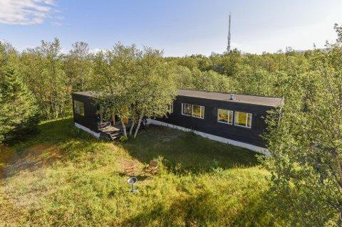 STOR TOMT: God utsikt og en stor naturtomt omkranser huset med en prisantydning på hele 11,8 millioner kroner.