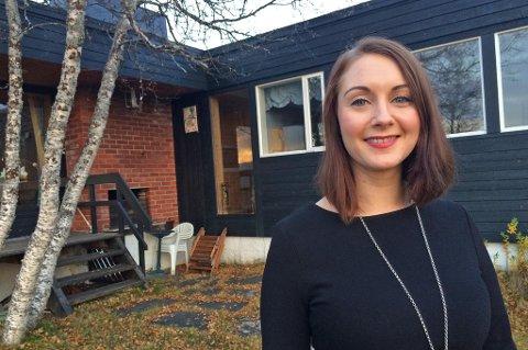 SELGER: Cecilie-Marie Storslett, eiendomsmeglerfullmektig i Eiendomsmegler1, selger eneboligen på vegne av den unike Tromsøfamilien. Foto: Rune Endresen