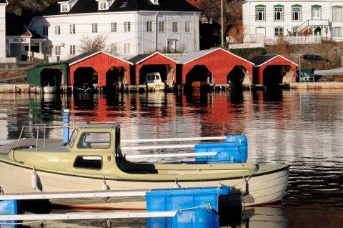SELGES: Båthus midt i Kragerø sentrum er gull verdt. De to doble båthusene som havnevesenet eier på Barthebrygga kan være verdt nesten fire millioner kroner.