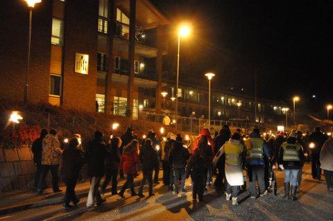 I desember i fjor gjekk fleire hundre i fakkeltog for å bevara Dill AS på Halsnøy då politikarane ville overlata matproduksjon til Helse Bergen Hospitaldrift. Slik blei det, og no slit Dill med økonomien. (Arkivbilde).