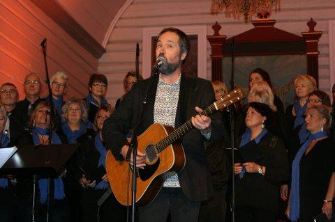 Fikk frem go?følelsen. Ola Bremnes skapte god stemning da han fremførte velkomstlåten «Velkommen i hus» i Fauske kirke fredag.  Foto: Ida Kristin Dølmo