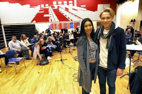 Alle på plass: Kor, band, Sinfoniettaen og solister var fredag samlet for første gang for å øve på popmusikalen «Flamme». I front Hege Heggem og Malvin Nøsen.