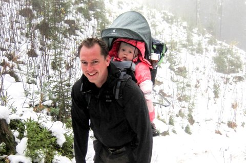 Både små og store møtte til åpningen av de nye turstiene, her J. Fegri med datteren i meis.