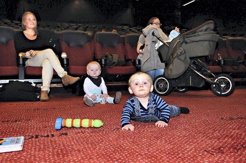 Lunt på gulvet: Teppet i Caroline er godt å krabbe på, synes Isak (foran) og Dreyer.