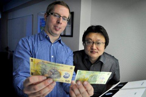 SPENNENDE OPPDRAG: Marius Pedersen og Osamu Masuda ved The Norwegian Colour and Visual Computing Laboratory på høgskolen har fått oppdrag fra nasjonalbanken i Kanada.