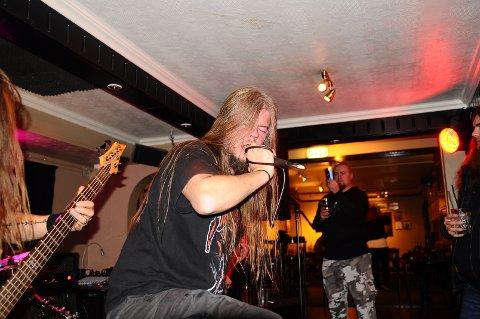 Vokalist Tor Erik Simensen i No Dawn ga alt og litt til i gårsdagens konsert i Fastingkjelleren.