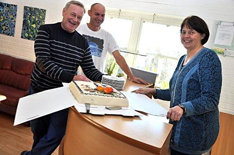 Feiret Med kake: Aktivitetsleder Stei            nar Johannessen (t.v.), vaktmester Gunnar Øverby og konstituert direktør Tove Halset               skjærer opp feiringskaken.