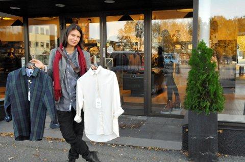 I BUTIKKENE: 10 butikker i Porsgrunn, Skien, Haugesund og Oslo har tatt inn merket AoE. Her er Fosstvedt utenfor Jans klær i Porsgrunn.
