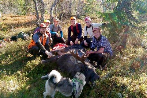 Tyristubben jaktlag rundt en grom okse felt under høstens jakt.  Fra venstre: Jaktleder Tor Erik Smedsrud, Emil Skjønhaug, Ola Bråten, Mathias Mjønerud Nilsen, Espen Egner og  Anders Egner.