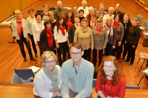 Lena Ness (t.v.) i A Cantus, dirigent Anders Torberntson, solist Kirsti Sørli og resten av A Cantus gleder seg til å opptre i Bjørkelangen kirke.