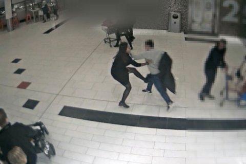 BRUTALT MØTE: Assisterende butikksjef Vita Mashadi forsøker å stanse jakketyven, men blir nedløpt og havner i bakken. FOTO: OVERVÅKINGSKAMERA