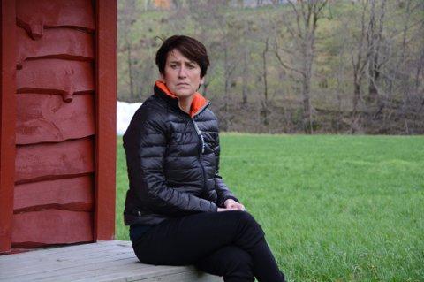 Anne Kari Rørheim pendlar for tida hyppig mellom garden i Uskedalen og sjukeheimen i Stavanger kor sonen Eirik Aksnes er innlagt med alvorleg ME. Rørheim er fortvila over kor vanskeleg det er å finna eigna behandlingstilbod til ME-sjuke.