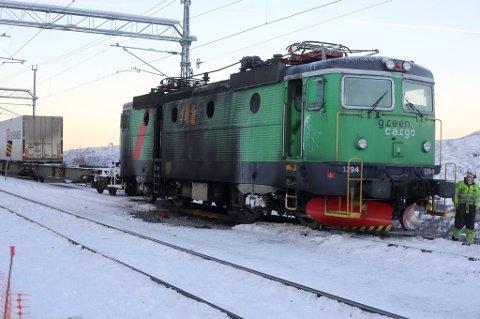 I løpet av dagen blir det utbrente lokomotivet tatt ned til Narvik.
