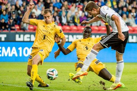 Brede Mathias Moe (tv) og Vieux Yakhya Sané kriger mot Alexander Sørloth under eliteseriekampen mellom Rosenborg og Glimt på Lerkendal. Nå har utlån fra RBK blitt til permanent overgang for Moe.
